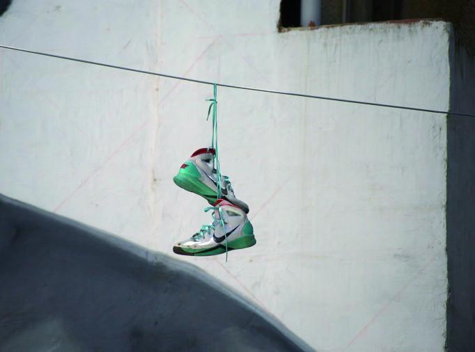 Zapatillas colgando. León. 29/06/16. Mauricio Peña
